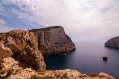 En ensam fotvandrare ser ut över sikten. Sardinia Arkivbild