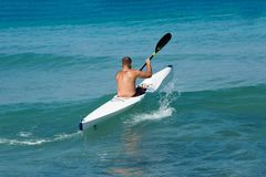 En ensam kayaker seglade in i havet i en kajak Fotografering för Bildbyråer
