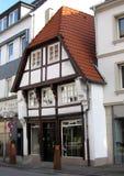 En ensam medeltida timmer som inramar huset mellan moderna hus Osnabrà ¼ ck Arkivfoto
