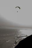 En ensam Paraglider som glider daringly över havet längs kustlinjen av Lima Peru Royaltyfria Bilder