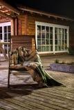 En ensam träfåtölj med en filt Royaltyfri Bild