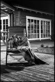 En ensam träfåtölj med en filt Royaltyfria Foton