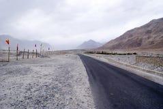 En ensam väg i de kalla öknarna av den Nubra dalen Royaltyfri Foto