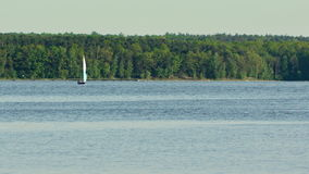 En ensam yacht på sjön lager videofilmer