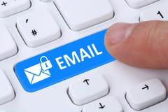 En envoyant la protection chiffrée d'email d'email fixez le courrier par l'intermédiaire de l'interne Images stock