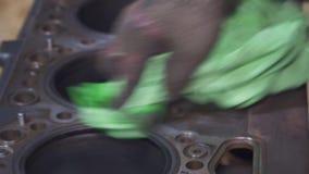 En erfaren mekaniker gör ren bilens motor lager videofilmer
