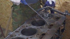 En erfaren mekaniker gör ren och reparerar lastbilens motor stock video