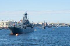 En eskortfartyg av skepp av den baltiska flottan ståtar på i heder av segerdagen på floden Neva petersburg saint royaltyfri bild