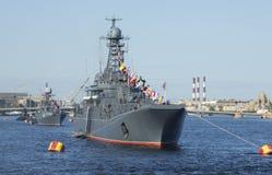 En eskortfartyg av skepp av den baltiska flottan ståtar på i heder av segerdagen petersburg saint fotografering för bildbyråer