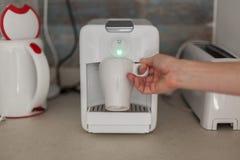 En espressomaskin i köket Arkivfoton