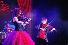 En etapa, los hijos pelirrojos expresivos de Maria Bessonova del violinista hermanan generaciones del trío dos del violín de músi Foto de archivo libre de regalías