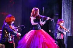 En etapa, los hijos pelirrojos expresivos de Maria Bessonova del violinista hermanan generaciones del trío dos del violín de músi Imagen de archivo