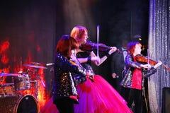 En etapa, los hijos pelirrojos expresivos de Maria Bessonova del violinista hermanan generaciones del trío dos del violín de músi Imagenes de archivo