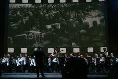 En etapa, los músicos y los solistas de la orquesta de los acordeonistas (orquesta armónica) debajo del bastón del conductor Imagen de archivo libre de regalías