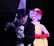 En etapa, los payasos, imitan, los cómicos, actores de la compañía de imitan el teatro imitan y payasada, el Licedei Fotos de archivo