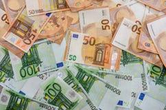 50 en 100 euro geldachtergrond stock afbeelding