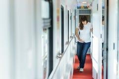 En europeisk gravid kvinna i t-skjorta får buken smärtar, medan resa vid järnvägen Royaltyfri Fotografi
