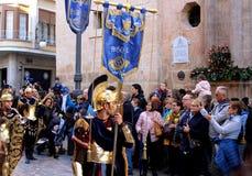 En extra skådespelare som klär forntida romersk soldatkläder med många personer omkring av honom fotografering för bildbyråer