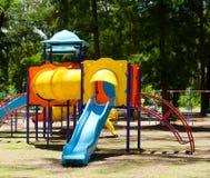 En färgglad barnlekplatsutrustning Arkivbilder