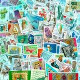 En färgglad blandning av mestadels belgiska använda portostämplar på olika teman fotografering för bildbyråer