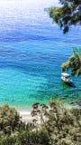 En färgglad sikt av en liten vik i Grekland Arkivfoto