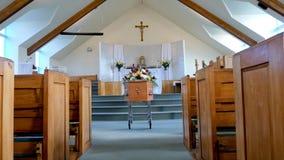 En färgrik casket i en likvagn eller kyrka för begravning arkivbilder