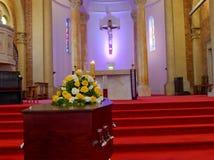 En färgrik casket i en likvagn eller kyrka för begravning Royaltyfri Bild