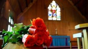 En färgrik casket i en likvagn eller kyrka för begravning arkivfoto