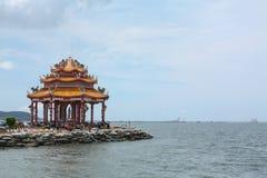 En färgrik Guanyin paviljong i vattnet Royaltyfria Bilder