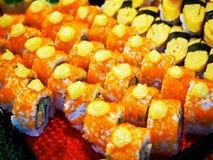 En färgrik japansk sushi på marknaden arkivfoto