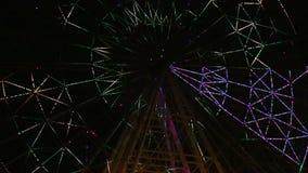 En färgrik ljus showfilm för pariserhjul stock video