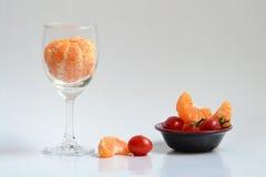 En färgrik maträtt med en bägare Royaltyfri Foto