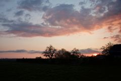 En färgrik och varm solnedgång royaltyfri bild