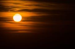 En färgrik solnedgång i molnen med en röd solcloseup Royaltyfria Foton