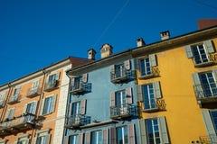 En färgrik terrasshusbyggnad arkivbilder
