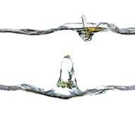 En färgstänk av vatten, tappar och bubblar på en vit bakgrund Royaltyfria Bilder