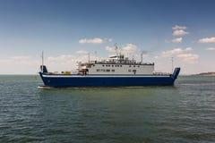 En färja som transporterar folk och bilar över havet Arkivbilder
