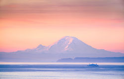 En färjakorsning Puget Sound på soluppgång med Mount Rainier I royaltyfria foton