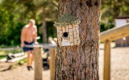 En fågelask som göras av vinkorkar på ett träd arkivbild