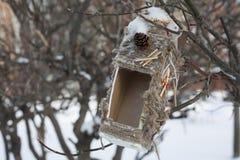 En fågelförlagematare Arkivbild