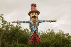 En fågelskrämma som hänger över odlingsmark, fågelskrämma som skyddar t royaltyfri foto