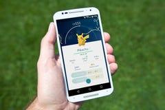 En fångade Pikachu i Pokemon GÅR Arkivbilder