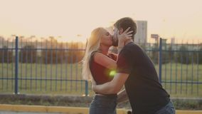 En förälskad omfamning för attraktiva par och att tycka om ett intimt ögonblick tillsammans, mot solnedgången eller soluppgången stock video