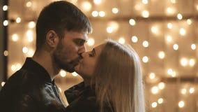 En förälskad omfamning för attraktiva par och tycker om ett intimt ögonblick tillsammans, mot bakgrunden av stadsljus lager videofilmer