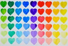 En förälskelse av målning Regnbågeakvarellhjärtor i rader Fotografering för Bildbyråer