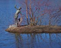 `en För bronsskulptur pojken med fisk`en, Royaltyfria Bilder
