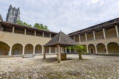 en för cloister för kyrka för bourgbressebrou royaltyfri bild