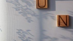 `en För ord`-SOLEN läggas ut i träbokstäver stock video