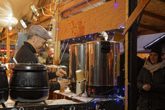 `en För `-Vin chaud i julmarknad av Lyon Fotografering för Bildbyråer