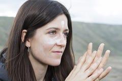 En fördelande solkräm för flicka fotografering för bildbyråer